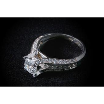 Помолвочное кольцо бриллиантом 1 карат и маленькими бриллиантами
