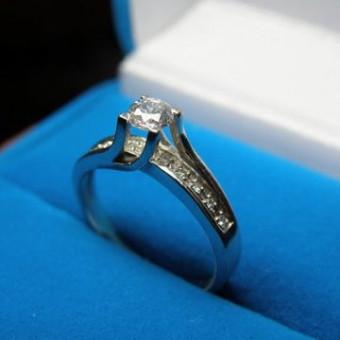 кольцо из белого золота с высокой посадкой центрального бриллианта 0,4 Ct и дорожкой бриллиантов