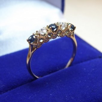кольцо из белого золота с сапфирами и бриллиантами