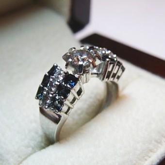 кольцо из белого золота с центральным бриллиантом 0,64 Ct и дорожками из бриллиантов и сапфиров
