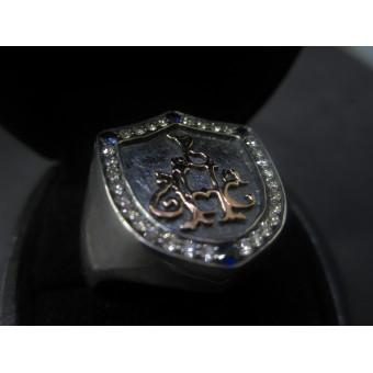 Фамильный перстень в форме щита с монограммойв готическом стиле