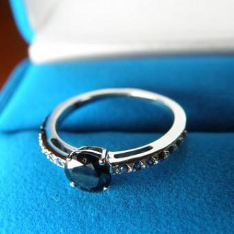 кольцо из белого золота с круглым сапфиром и бриллиантами