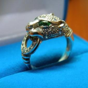 кольцо из белого золота с бриллиантами и двумя изумрудами в форме головы ягуара