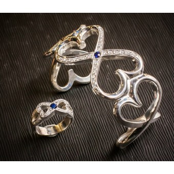 Браслет и кольцо из белого золота с сапфирами и бриллиантами в форме сердец