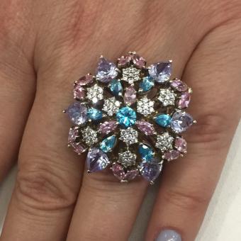 Женское кольцо с разноцветными драгоценными камнями